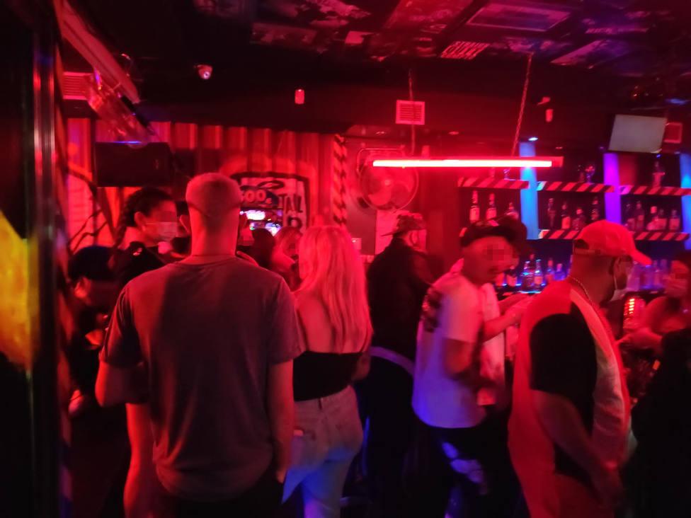 Desalojan por segunda vez un pub en Almería y denuncian a 54 personas en su interior sin medidas anticovid