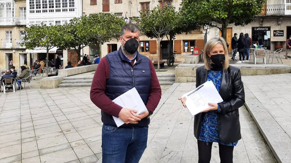 El portavoz de Por Viveiro, Bernardo Fraga, junto a la alcaldesa del municipio, María Loureiro (PSdeG-PSOE)