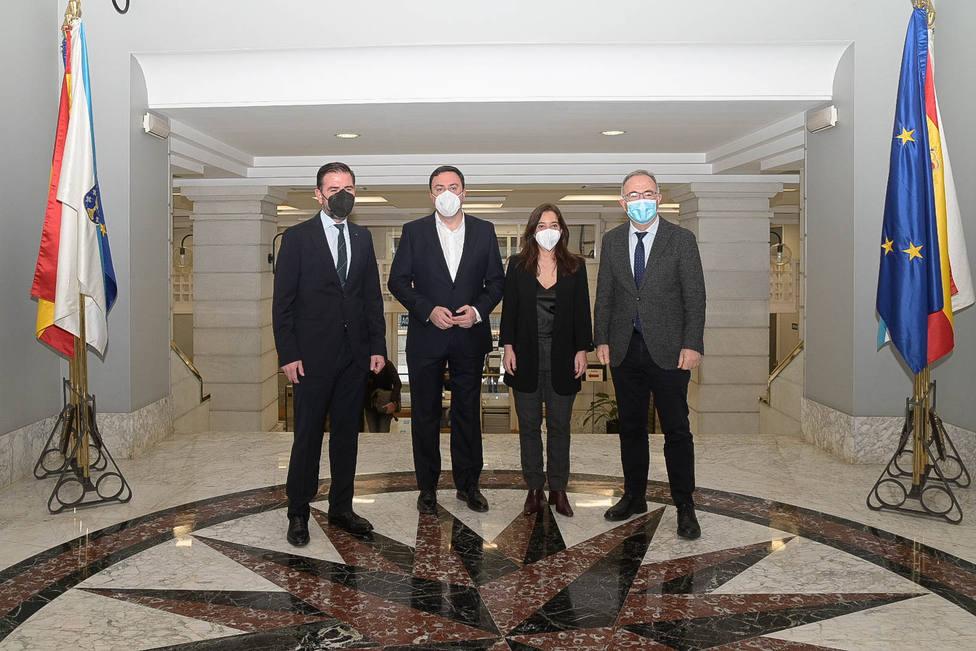 El presidente de la Diputación y los alcaldes de Santiago, Coruña y Ferrol. FOTO: Diputación