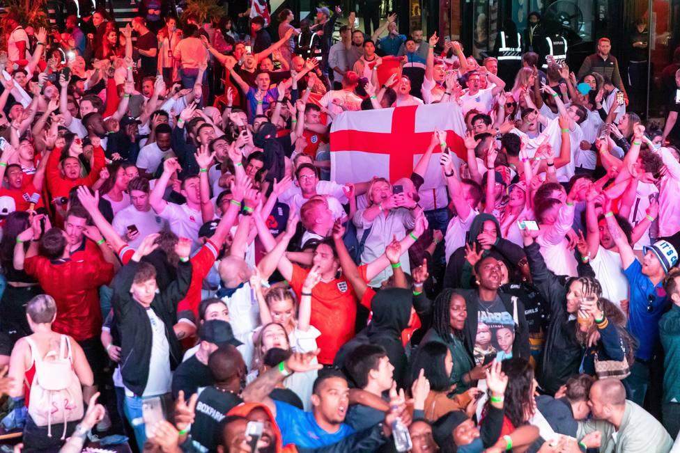 Aficionados ingleses en las calles de Londres tras el Inglaterra - Dinamarca