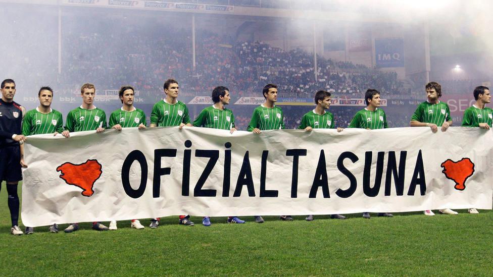 Pancarta de reivindicación a favor de la Selección Vasca de fútbol en un partido de 2010. EFE