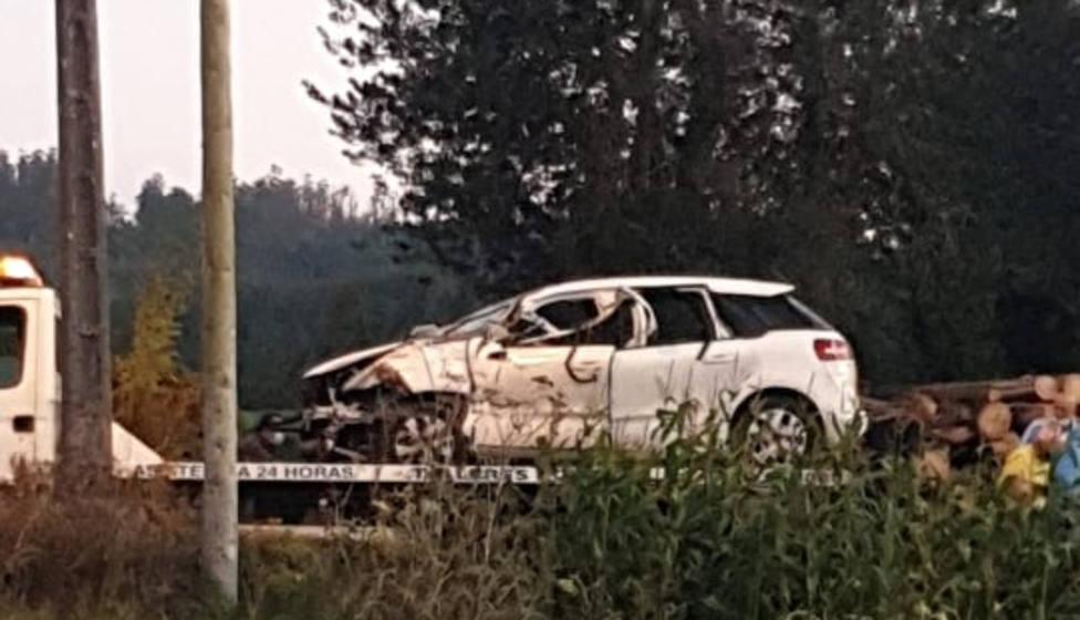 El vehículo ya subido en la plataforma sufrió daños importantes - FOTO: Tráfico Ferrolterra