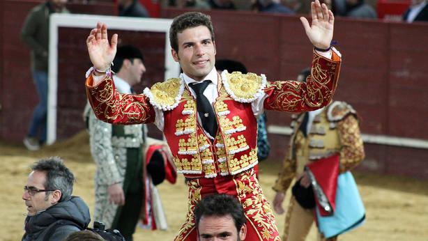 Miguel Ángel León en su salida a hombros en la pasada Feria de Valdemorillo