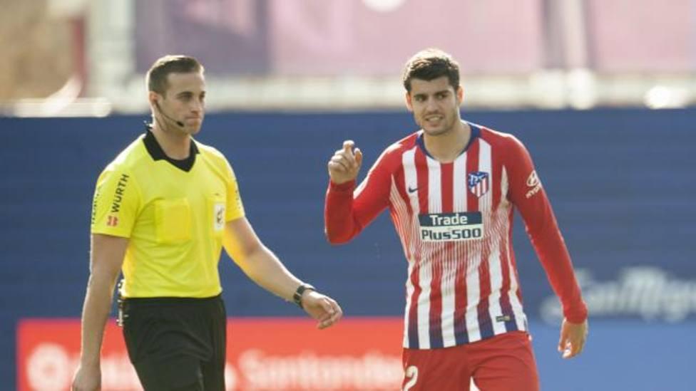 Alberola Rojas, con Morata en el Eibar-Atlético de Madrid (@LaLiga)