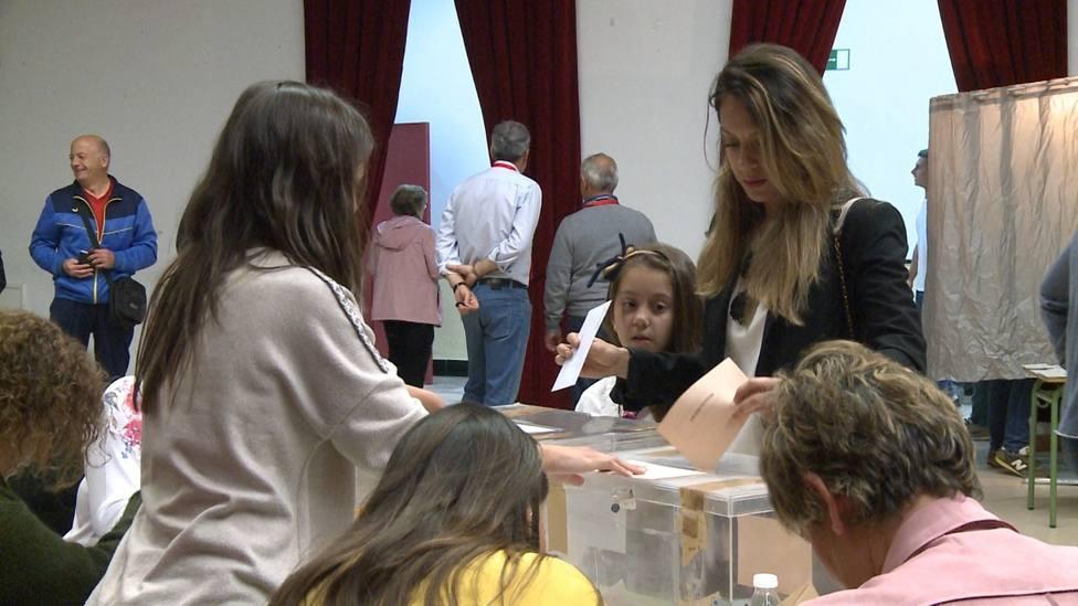 Una mujer vota en una mesa electoral