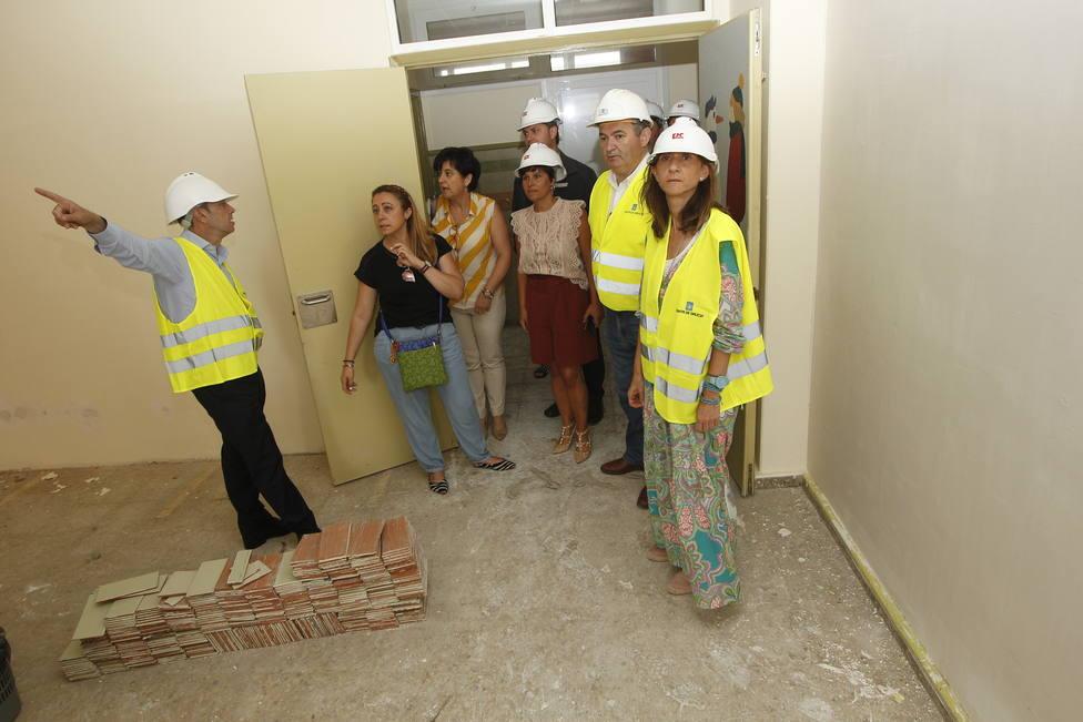 La conselleira de Educación, Carmen Pomar, visitando el CEIP Virxe do Carme de Burela