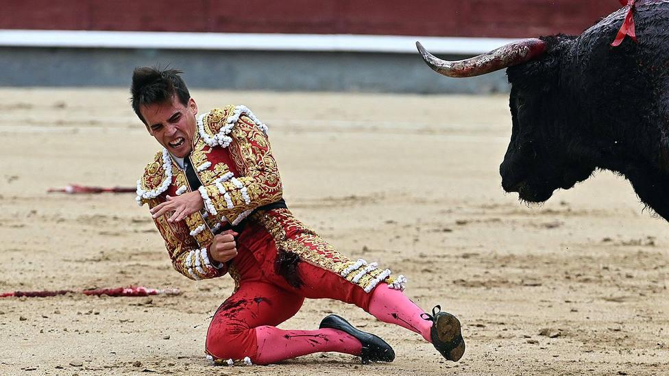 Momento de la grave cornada que sufrió el pasado sábado Gonzalo Caballero en Las Ventas