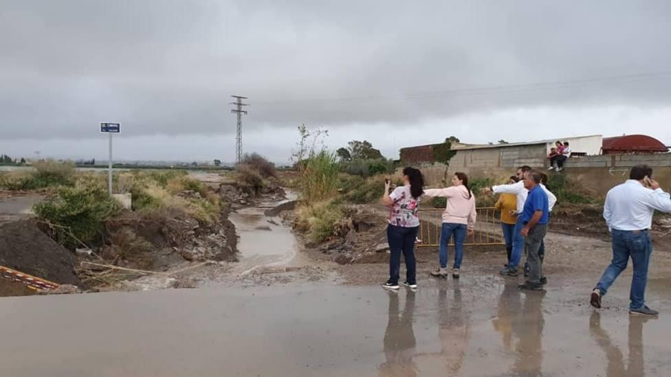 Comienzan a tapar el canal abierto en Campillo para evacuar el agua de la gota fría