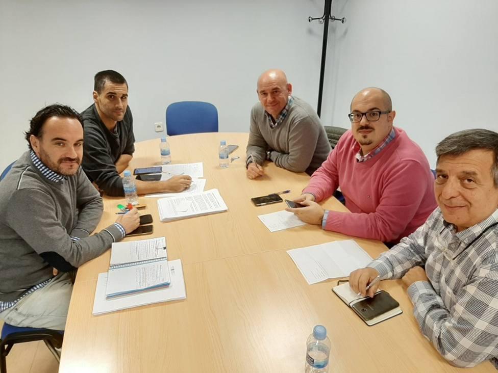 Javier Cuevas (Deporinter) junto a los miembros del ayuntamiento de Alhaurín de la Torre.