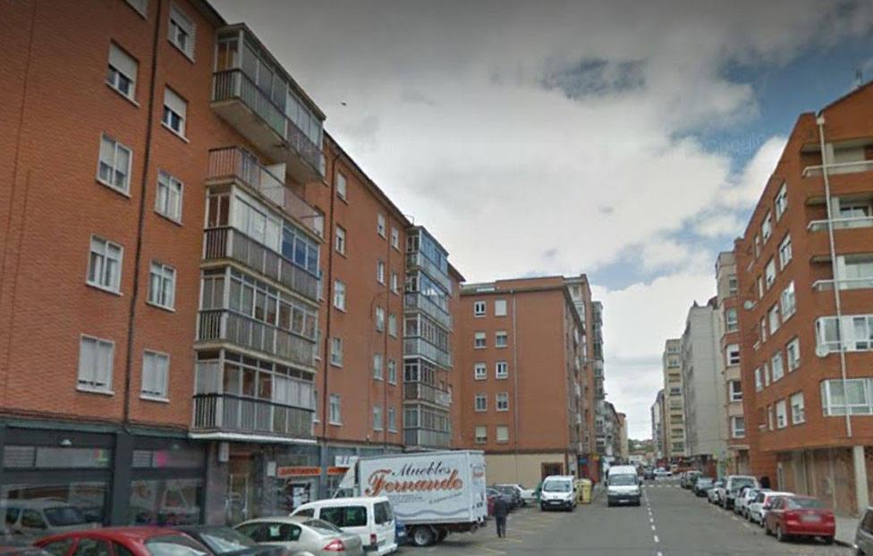 Los Bomberos de Palencia sofocan un incendio en la Calle Miguel de Unamuno de la capital.