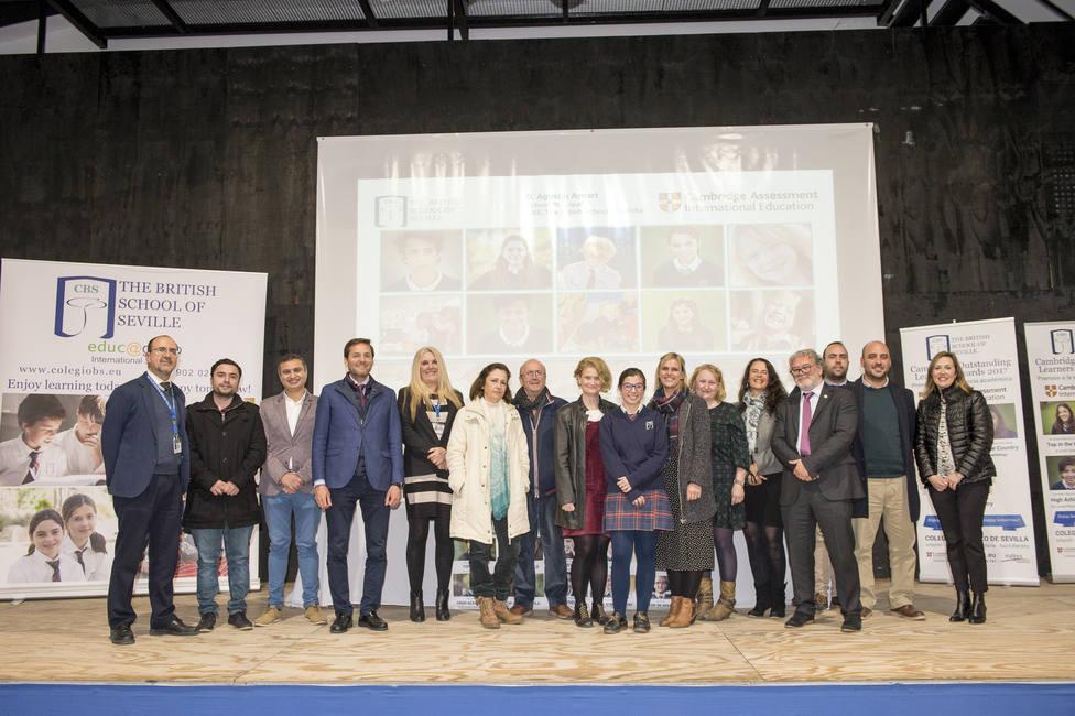 Carmen Barroso junto a profesores, familia y Representantes del Ayuntamiento y de Cambridge