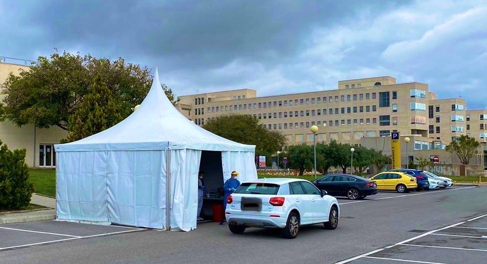 La carpa instalada por la UMH junto al Hospital de San Juan (Foto: @RectorUMH)