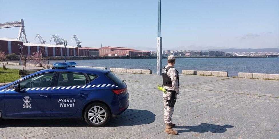 Un efectivo de la Policía Naval en el paseo de San Valentín, en Fene - FOTO: Armada