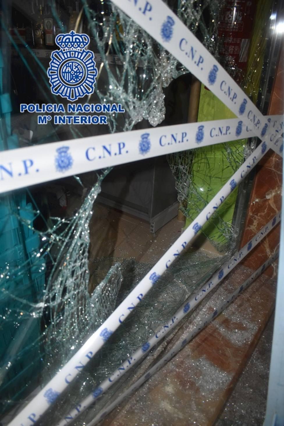 Detenido por fracturar con una tapa de alcantarillado el escaparate de un comercio para robar la caja