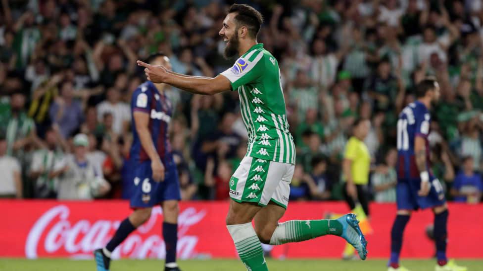 Borja Iglesias celebrando un gol ante el Levante