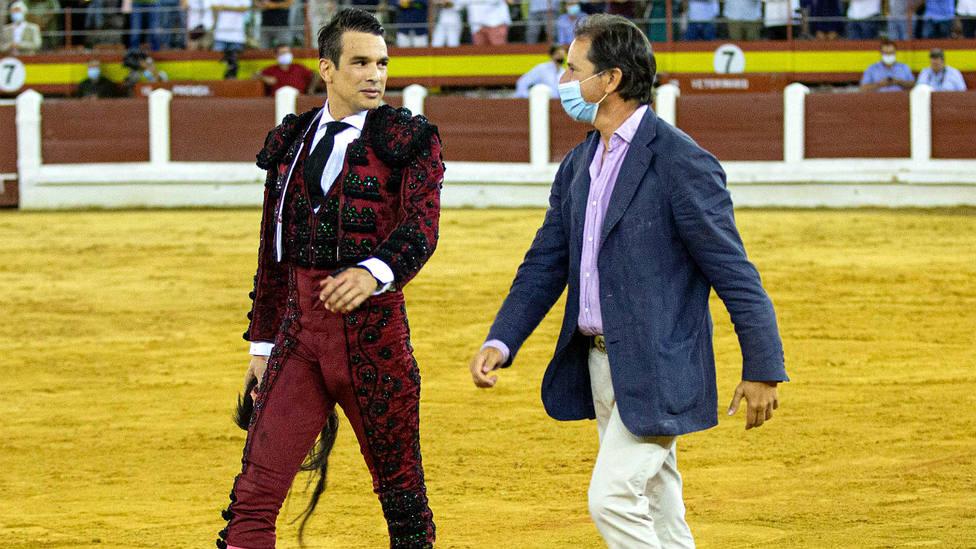 Jose María Manzanares y Borja Domecq hijo tras el indulto de Palangrero en Mérida