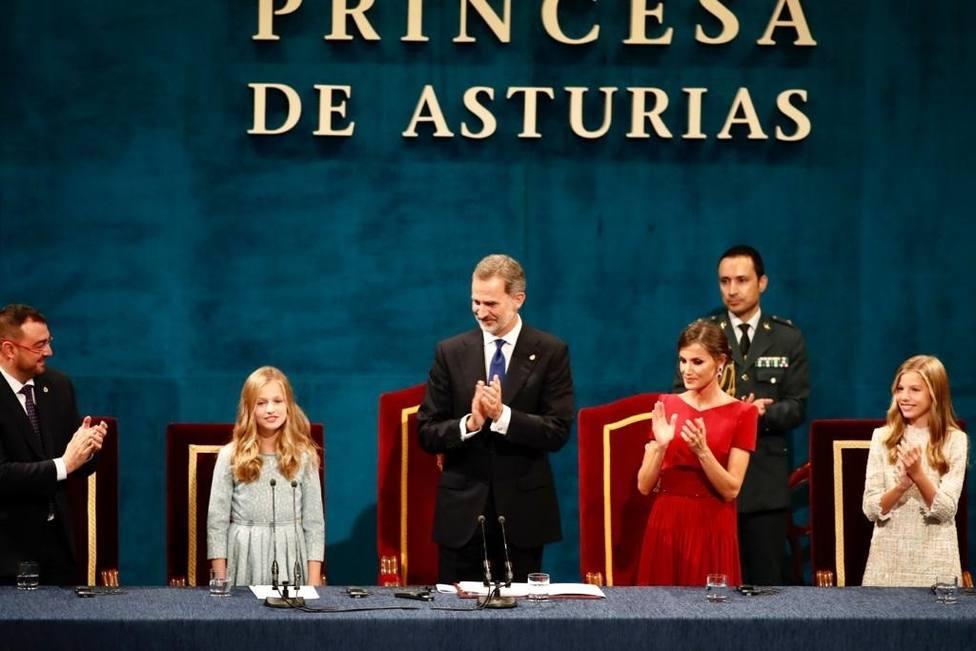 Los sanitarios españoles reciben el Premio Princesa de Asturias de mano del Rey