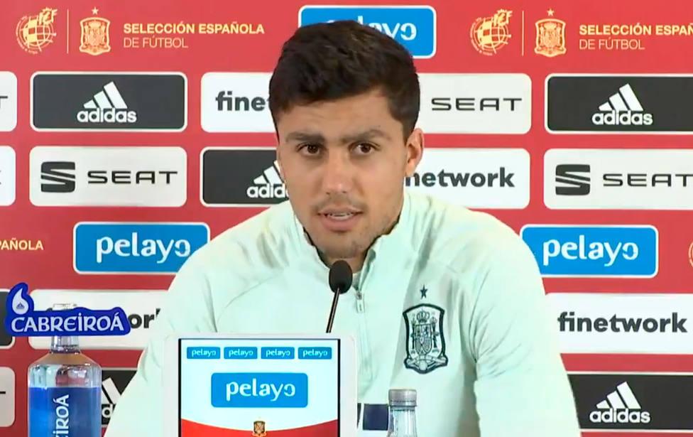 El centrocampista de la selección española Rodri, en sala de prensa
