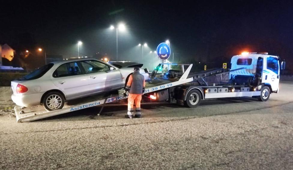 El vehículo subido a una grúa tras sufrir el accidente - FOTO: Policía Local de Ferrol