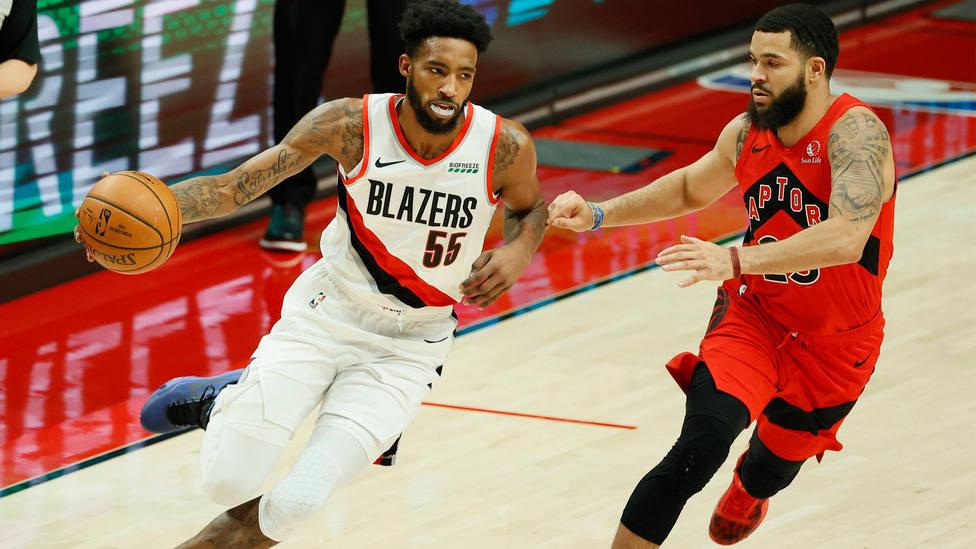 Derrick Jones Jr dribla a Fred VanVleet, durante el partido entre Portland Trail Blazers y Toronto Raptors