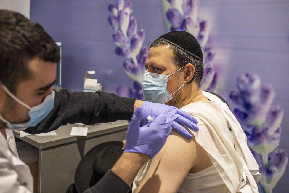 El 44 por ciento de la población de Israel ya ha recibido la primera dosis de la vacuna contra la covid-19