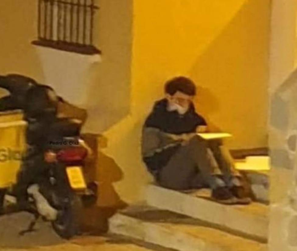 La historia de Carlos, el joven repartidor que estudia bajo la luz de una farola en Málaga