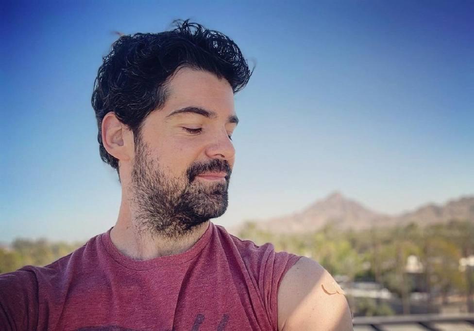 El actor Miguel Ángel Muñoz se vacuna contra el coronavirus en un supermercado