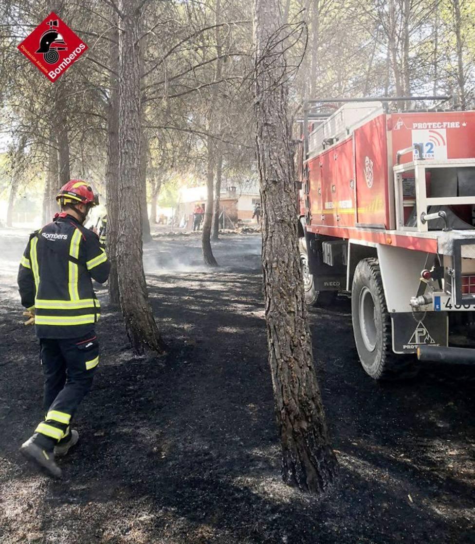 Los bomberos extinguen un incendio forestal en Planes