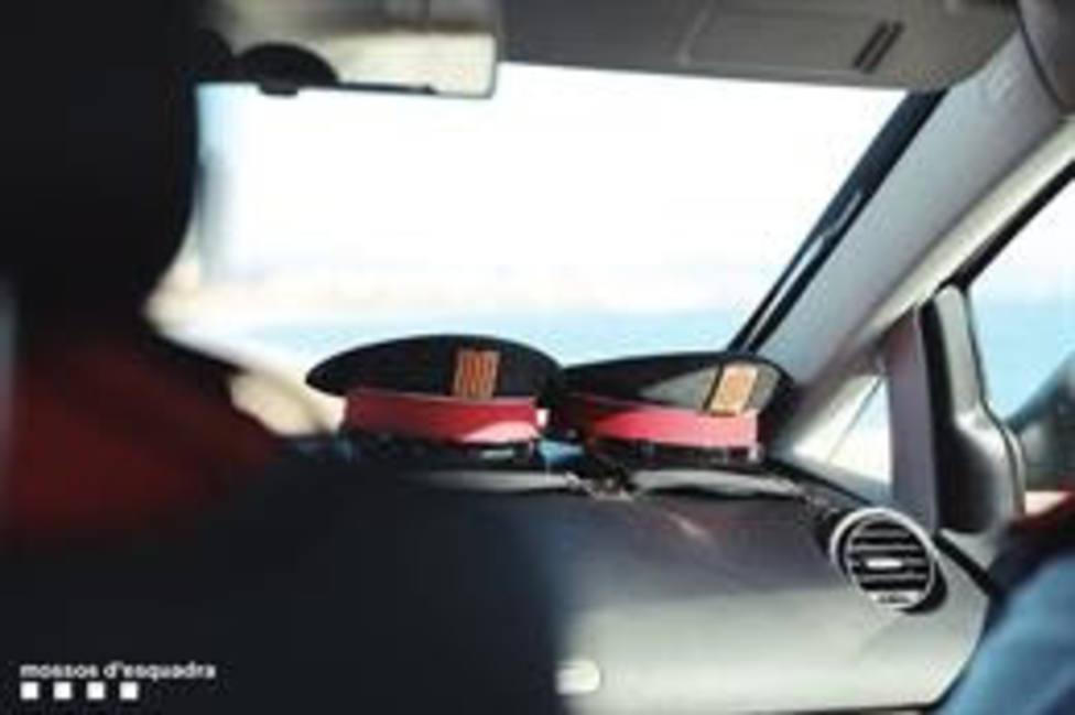 Dos gorras en un vehículo de Mossos dEsquadra