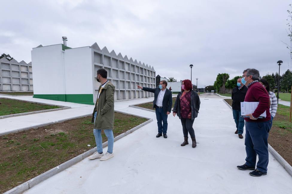 Visita al cementerio ubicado en Barallobre. FOTO: César Galdo