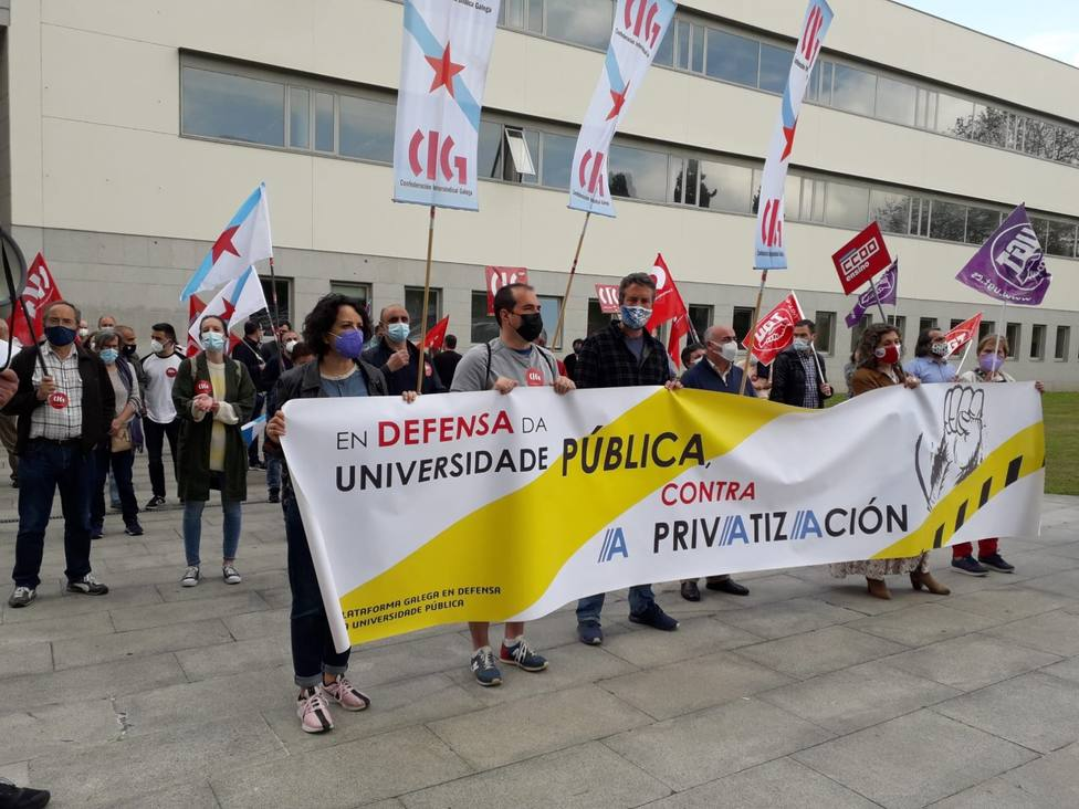Protesta en contra de la universidad privada ante la Biblioteca Intercentros