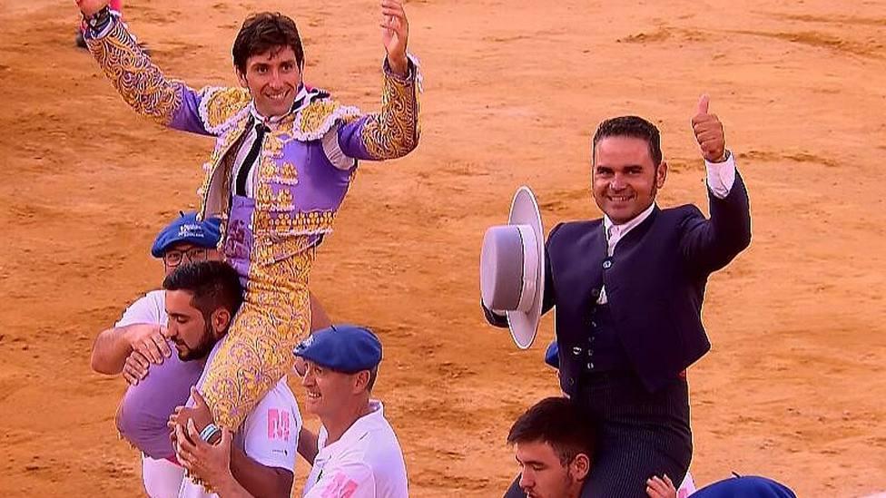 Alberto Lamelas y el mayoral de Pedraza de Yeltes, a hombros en Mont de Marsan