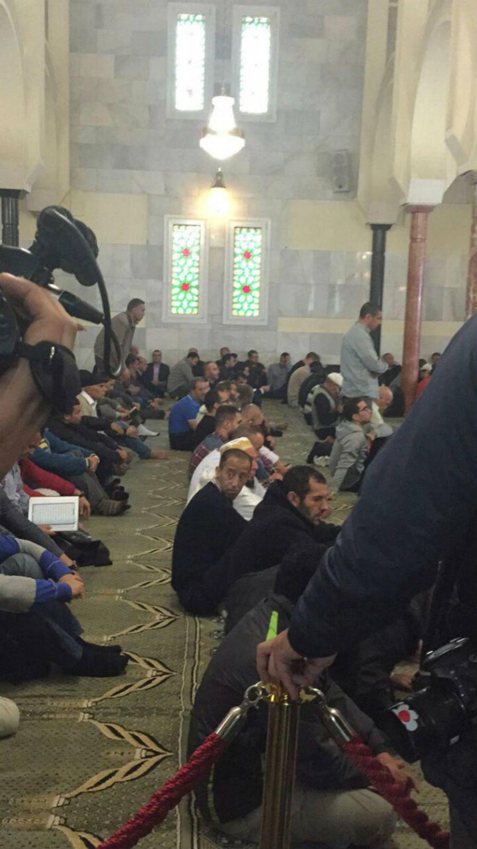 Los jóvenes musulmanes no quieren hablar delante de las cámaras o los micros. Foto Rubén Corral