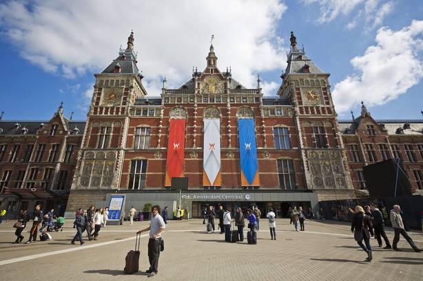 Al menos 3 heridos en un ataque con cuchillo en la estación de tren de Ámsterdam