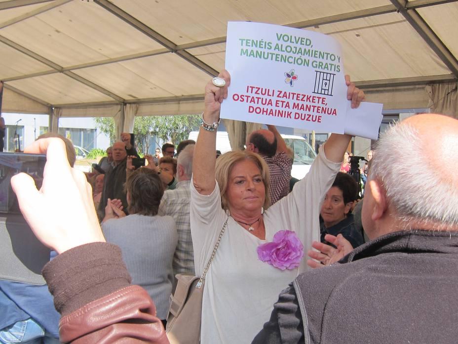 EUSKADI.-AMP.-Consuelo Ordóñez (Covite) irrumpe en el acto en favor de huidos de ETA celebrado en Tolosa para reclamar justicia