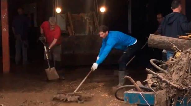 Rafa Nadal ayuda en las tareas de limpieza tras las inundaciones en Mallorca
