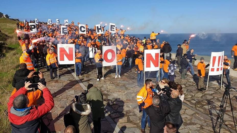 Centenares de personas protestan en A Coruña en contra del cierre de Alcoa