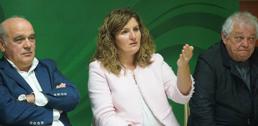 Marian Ferreiro, candidata de Terra Galega a la Alcaldía de Narón, en el centro - FOTO: Terra Galega