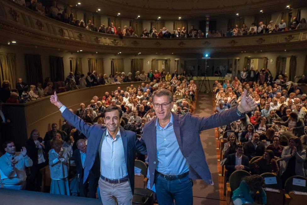 Rey Varela y Núñez Feijóo antes de comenzar el mitin del Teatro Jofre de Ferrol - FOTO:PP de Galicia