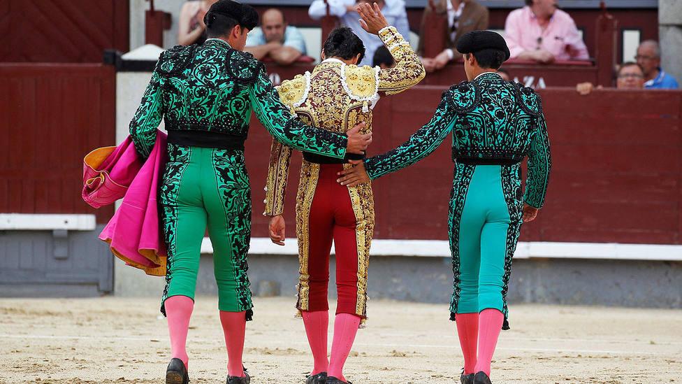 Pablo Aguado camino de la enfermería tras la cornada sufrida este domingo en Las Ventas