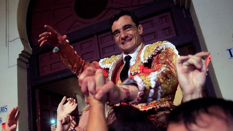 Paco Ureña en su salida a hombros de la plaza de toros de Las Ventas