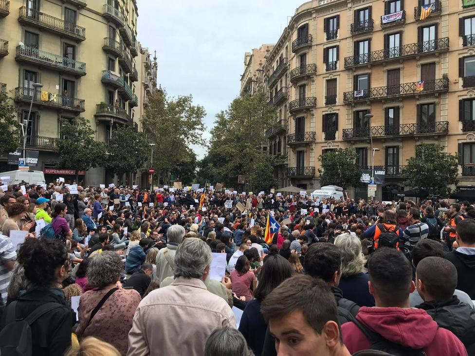 Un millar de personas se concentra ante la Delegación del Gobierno para pedir diálogo a Sánchez