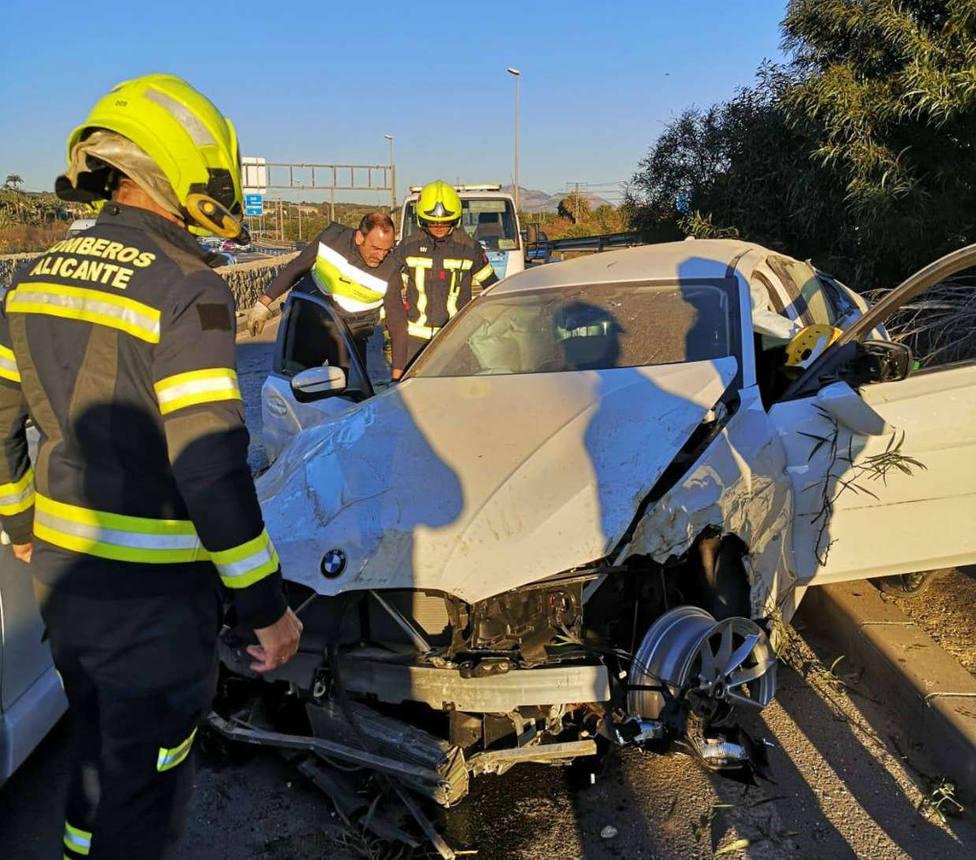 Los bomberos trabajan sobre uno de los vehículos implicados en el accidente