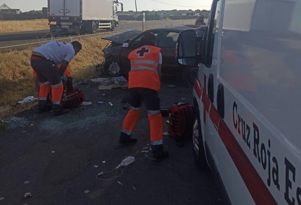 Efectivos de Cruz Roja en el accidente de este sábado en Bodonal de la Sierra. Foto: Cruz Roja EX