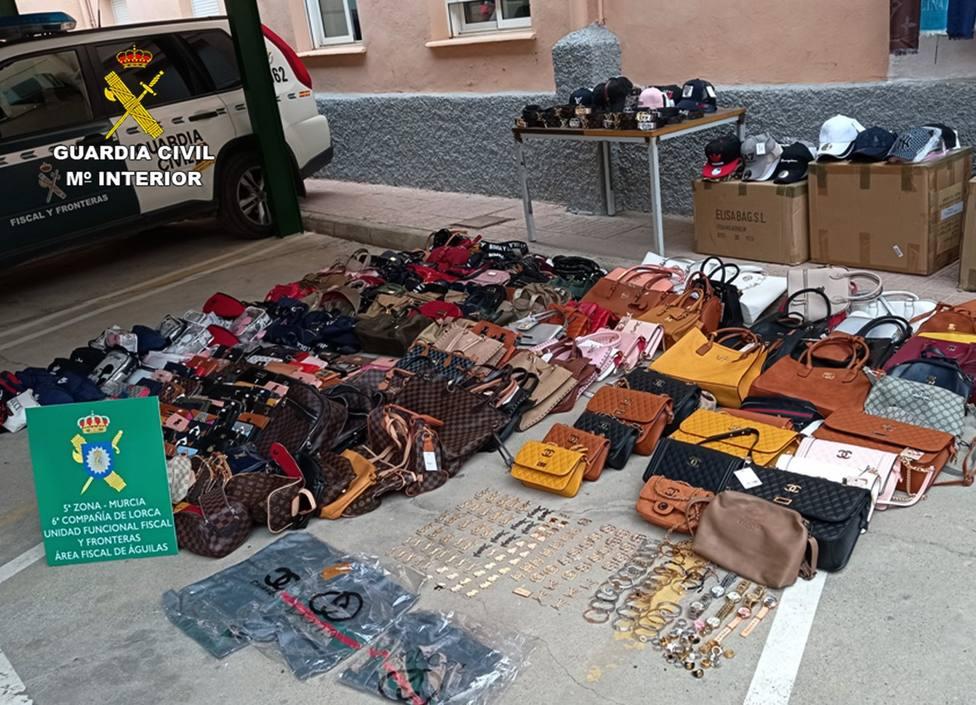 La Guardia Civil se incauta de cerca de 500 productos imitación de prestigiosas marcas en Águilas Plaza