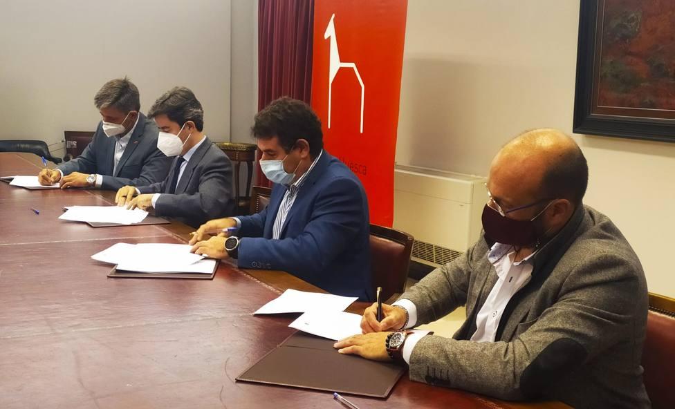 Alcaldes en la firma del convenio colaboración abastecimiento de agua