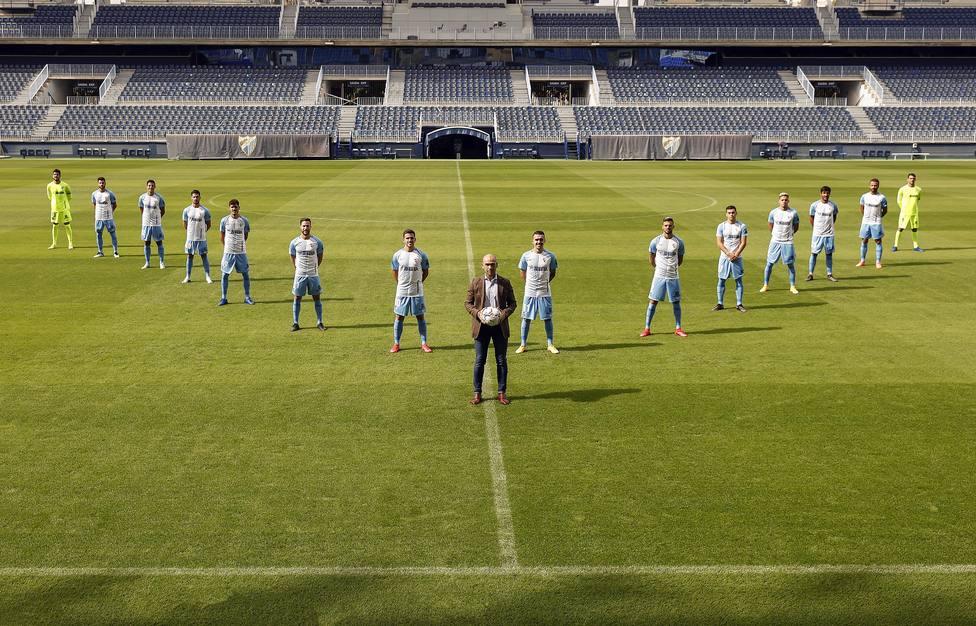 La imagen tomada en La Rosaleda con los 15 fichajes.