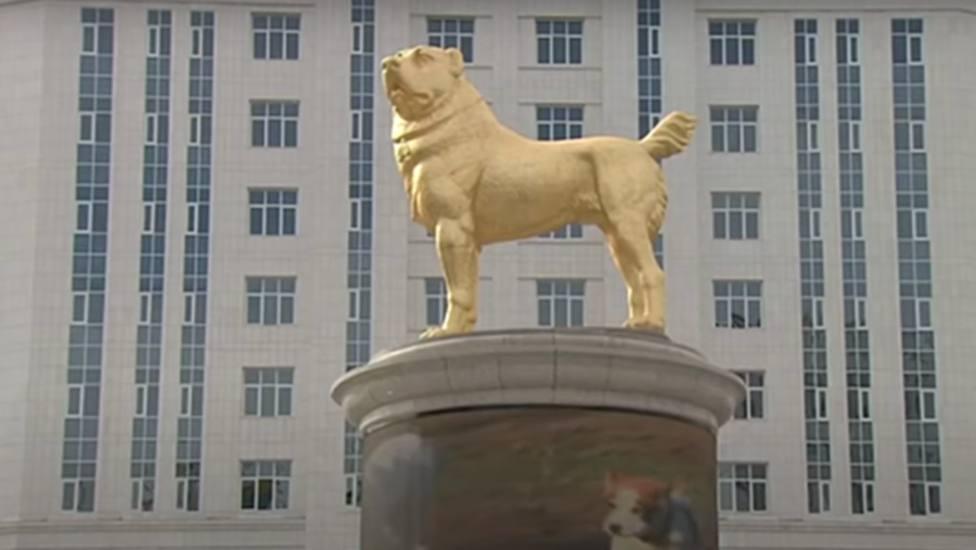 El presidente de Turkmenistán inaugura una estatua dorada de seis metros de su perro favorito
