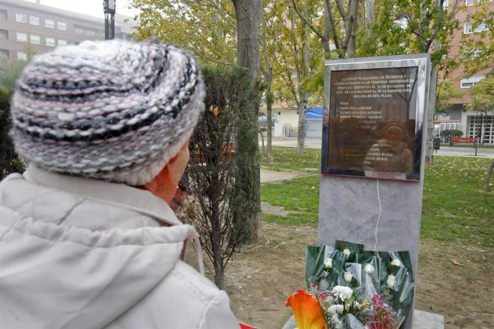 Monolito que recuerda a las 11 víctimas del atentado de ETA contra la Casa Cuartel de Zaragoza