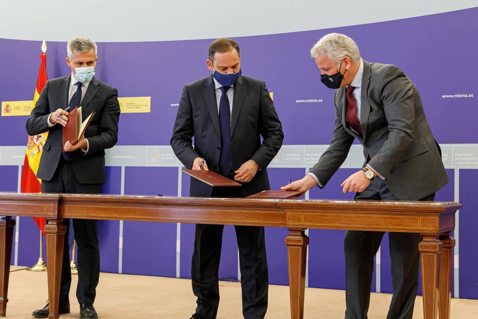 Ábalos, en el centro, y García- Plata, a la derecha, durante la firma del convenio